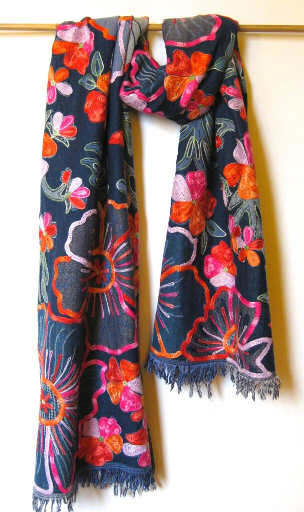 Uld tørklæde m. broderi i 100 % uld, dobbeltvævet. Samarkand har et stort udvalg af uld tørklæder.