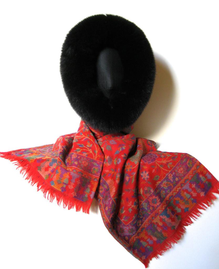 Uld tørklæde i cashmere og uld. Kan bindes som pelshue, pelshat, pelshætte eller som sjal med pelskrave.