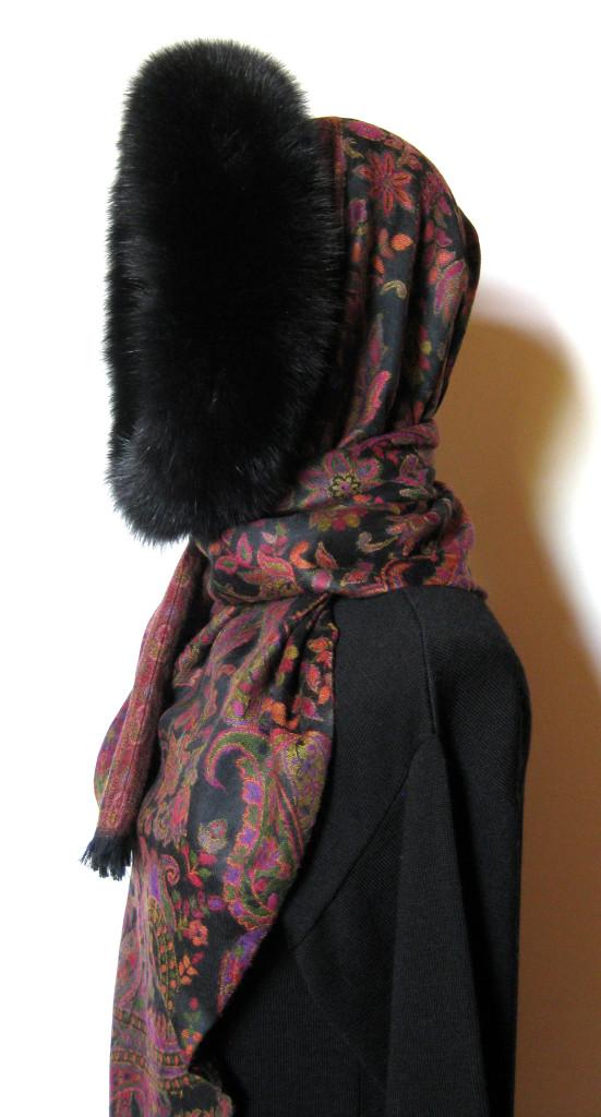Tørklæde i cashmere og uld med pelskant af ræv.