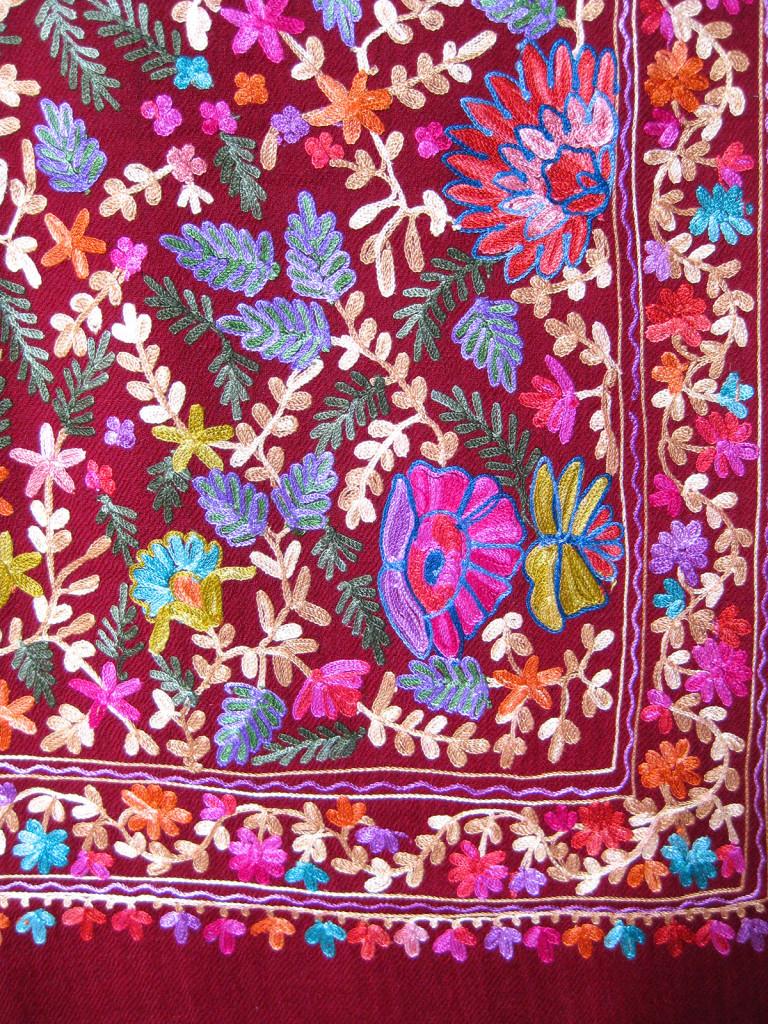 Kashmir uld sjal / tørklæde med crewel broder. Samarkand har et stort udvalg af uldtørklæder og sjaler.