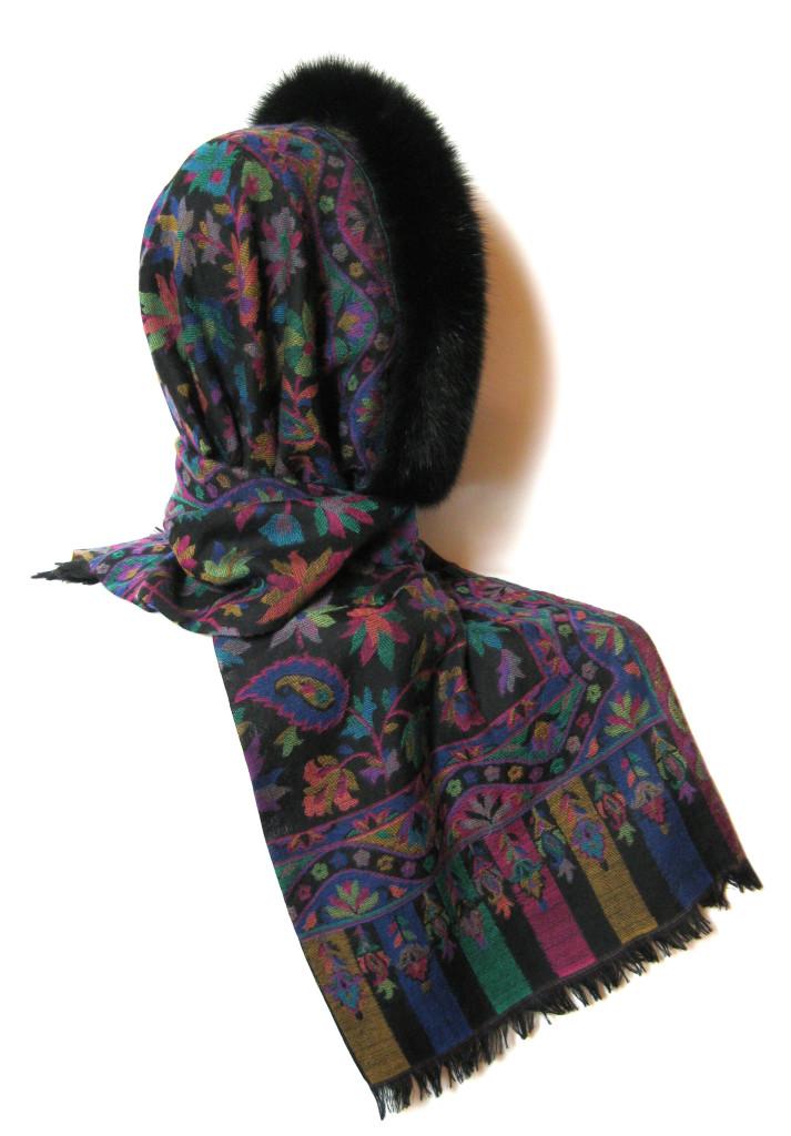 Uld tørklæde i cashmere og uld med pelskant. Kan bindes som pelshue, pelshætte eller som sjal med pelskrave.