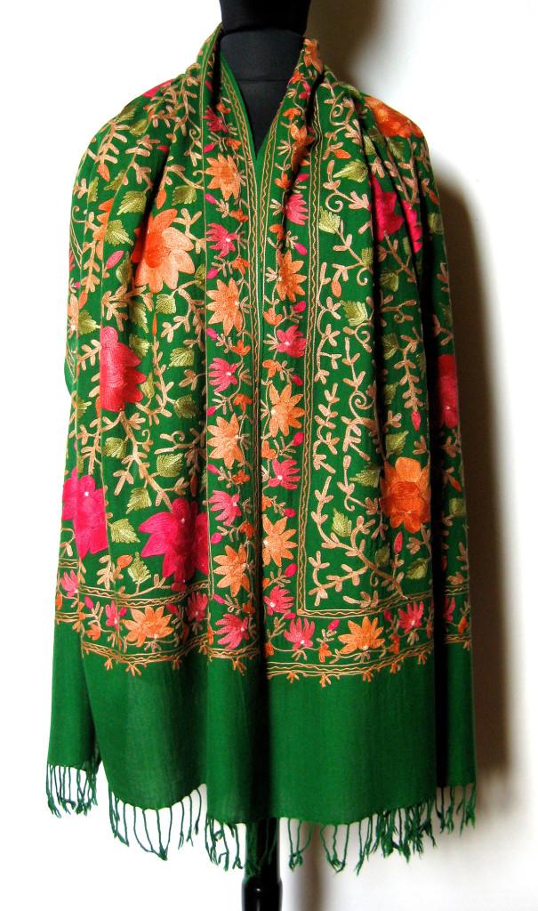 Håndbroderet Kashmir uld sjal / tørklæde med crewel broderi i silke.. Samarkand har et stort udvalg af uldtørklæder og sjaler.