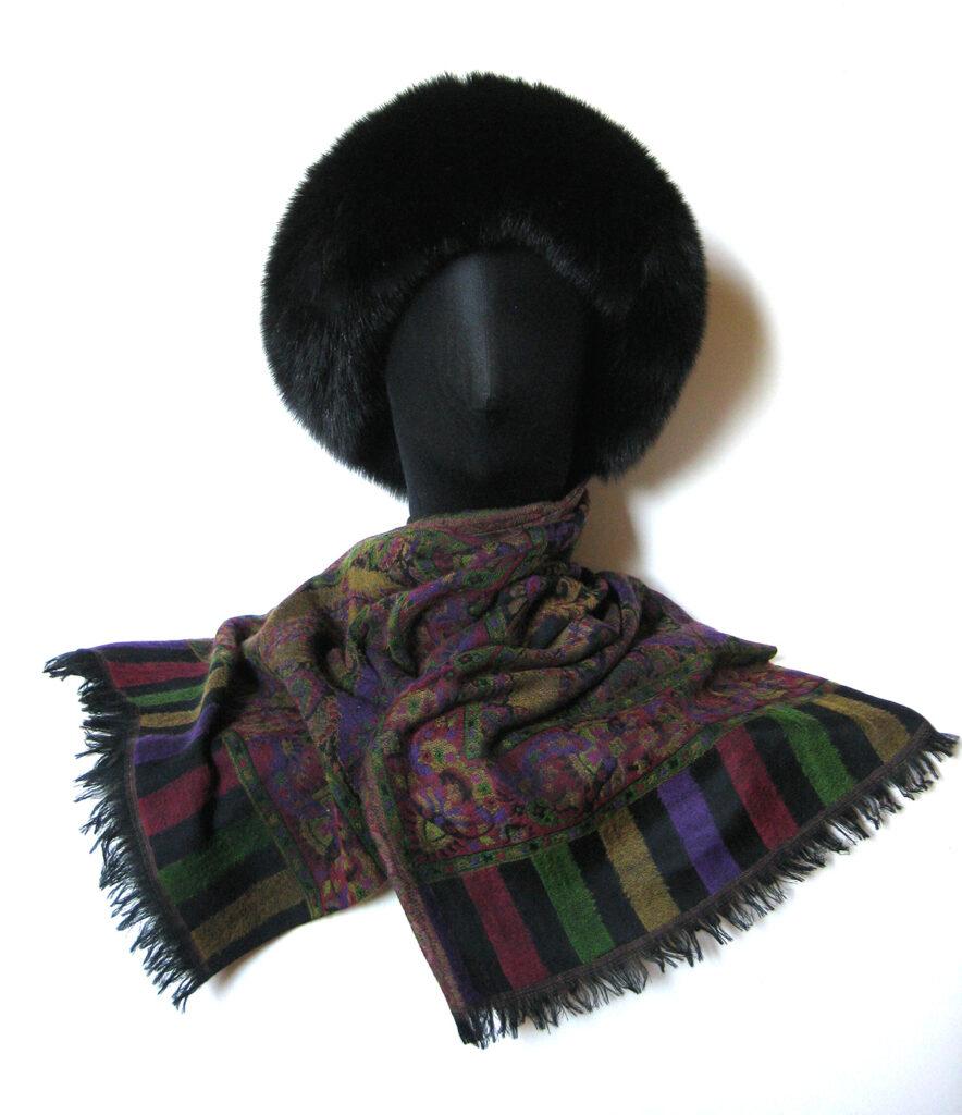 Cashmere- Pashmina uldtørklæde m. pelskant. Kan bindes som pelshue, pelshat, pelshætte eller som sjal med pelskrave.