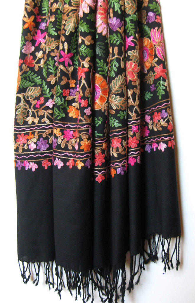 Håndbroderet Kashmir uld sjal / tørklæde med crewel broderi i silke.